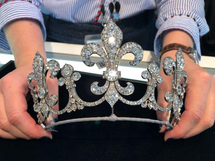 Las joyas de María Antonieta forman parte de una gran colección de subastas compuesta por piezas de una de las familias dinásticas más importantes de Europa. Esta tiara perteneció a la familia Bourbon Parma. (Crédito: Laura Ly / CNN)