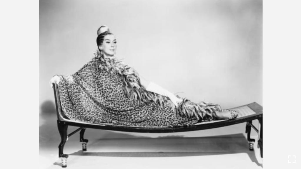 """Rosalind Russell usa un vestido de seda de Galanos en una foto promocional de """"Oh Dad, Poor Dad, Mamma's Hung You in the Closet and I'm Feelin' So Sad"""" en 1967. (Crédito: Cortesía de Everett Collection)"""
