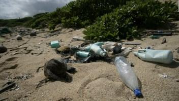 El surfista Garrett McNamara persigue combatir el plástico en el mar