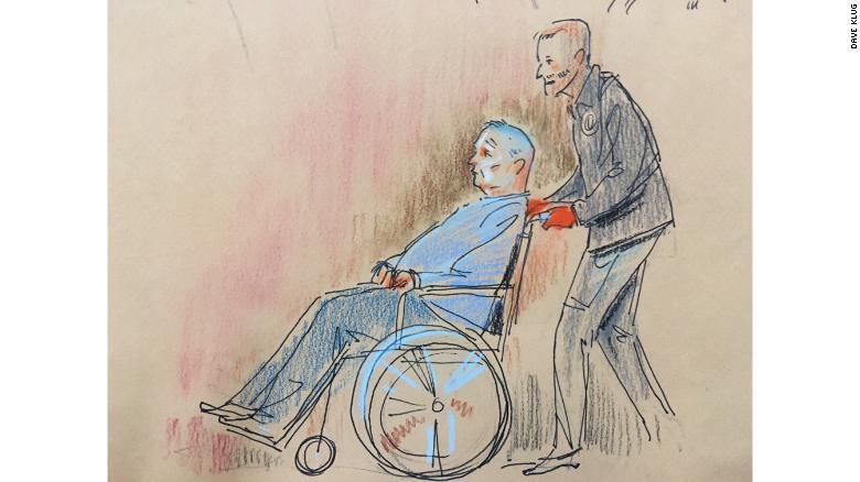 El sospechoso Robert Bowers, quien resultó herido durante el tiroteo, apareció brevemente en la corte el lunes.