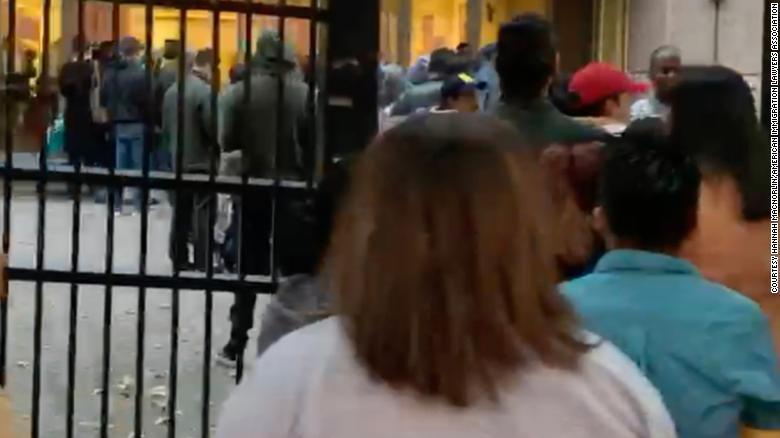 En esta captura de pantalla de un video distribuido por la Asociación Americana de Abogados de Inmigración, se ve a personas haciendo fila frente a la Corte de Inmigración de Atlanta el 31 de octubre.
