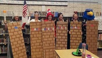 Maestras con el disfraz de muro entre Estados Unidos y México. La imagen fue borrada de la página de Facebook de la escuela.