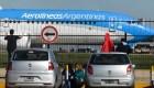 Pasajeros sufren horas de espera por huelga en Aerolíneas Argentinas
