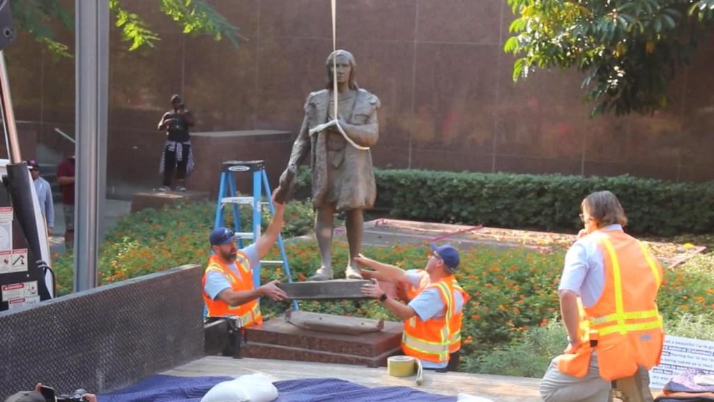 Retiran estatua de Cristóbal Colón del centro de Los Ángeles