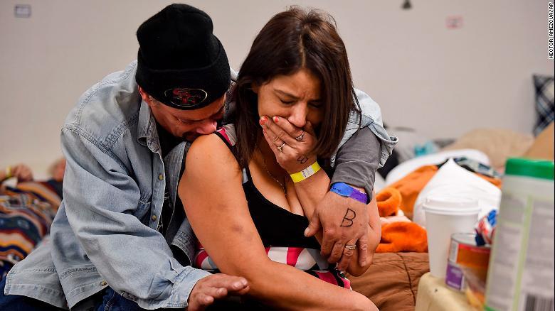 Joseph Grado abraza a su esposa, Susan, en un refugio esta semana en Chico después de perder su hogar por el fuego.