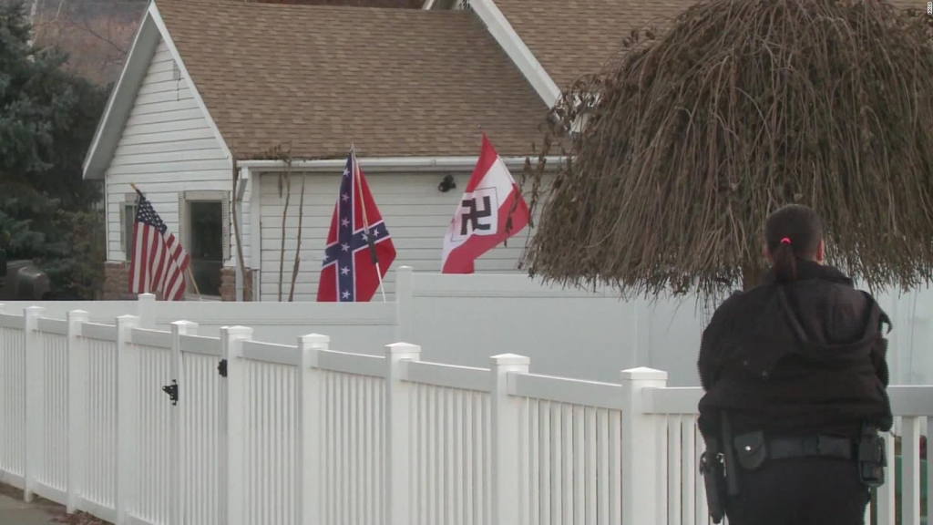 Exigen a vecino de Colorado que retire una bandera nazi del frente de su casa