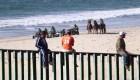 Migrantes de la caravana desafían a la Patrulla Fronteriza en San Diego