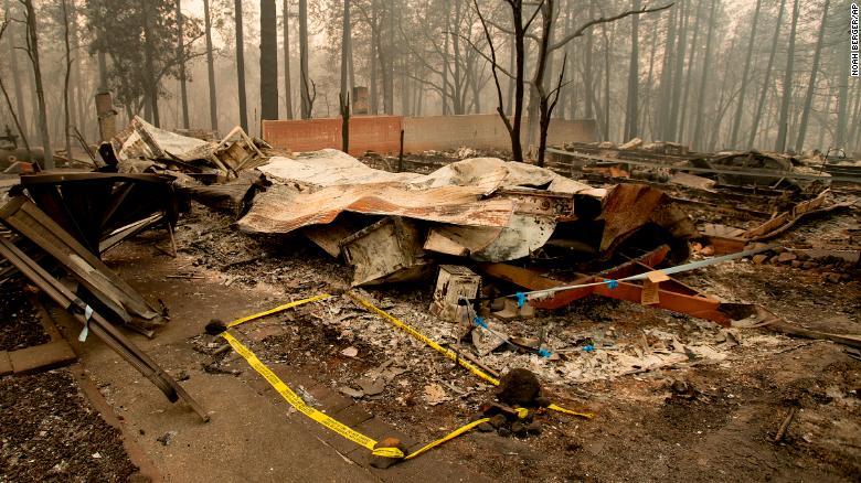 Una cinta describe la ubicación donde los agentes recuperaron el cuerpo de una víctima de Camp Fire el miércoles. (Crédito: AP Photo/Noah Berger)