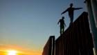 Doble muro para los migrantes: La valla fronteriza y la ira de los residentes. Vea las estremecedoras imágenes que deja la llegada de la caravana a Tijuana.