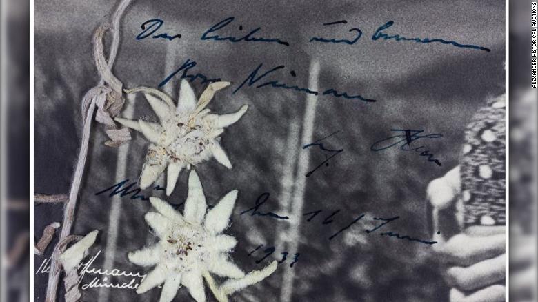 """Una foto de cerca del mensaje manuscrito de Hitler en la fotografía, traducido por la casa de subastas diciendo """"La querida y (¿considerada?) Rosa Nienau Adolf Hitler Munich, el 16 de junio de 1933""""."""
