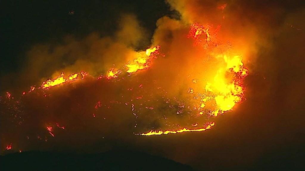 Autoridades contienen la expansión de los incendios en California