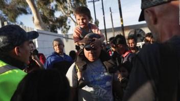 Vea las dramáticas imágenes del rechazo a la caravana de migrantes