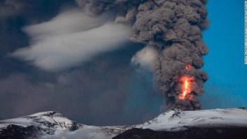 El volcán Eyjafjallajokull de Islandia liberando ceniza en mayo de 2010. Otra erupción volcánica islandesa produjo una nube que se extendió por todo el hemisferio norte en el año 536 A.C. (Crédito: Orvar Porgiersson / Barcroft Media / Getty Images)