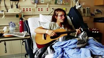 Joven artista cantó mientras la operaban de un tumor cerebral