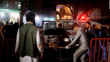 Trabajadores sanitarios llevan a personas heridas en atentado suicida en Kabul este martes. (Crédito: EPA-EFE/JAWAD JALALI)