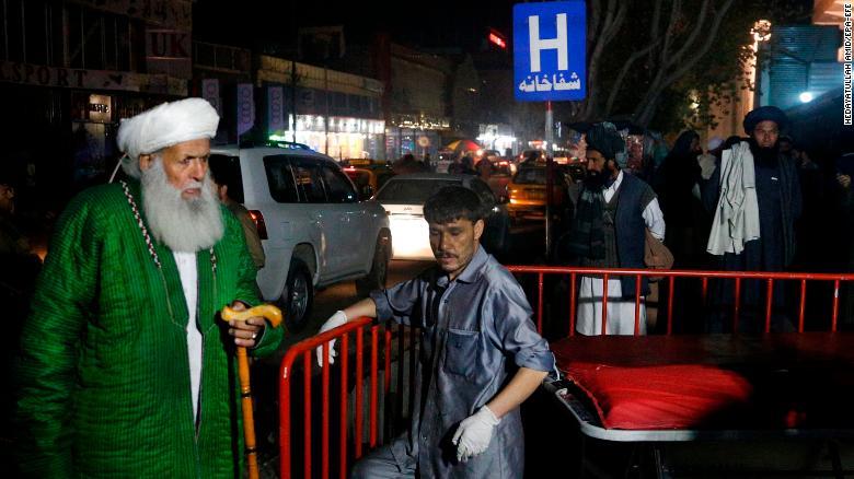 Eruditos religiosos afganos esperan fuera del hospital de emergencia después de que un atacante suicida atacara una reunión religiosa en un salón de bodas en Kabul. ( Crédito: EPA-EFE/HEDAYATULLAH AMID)