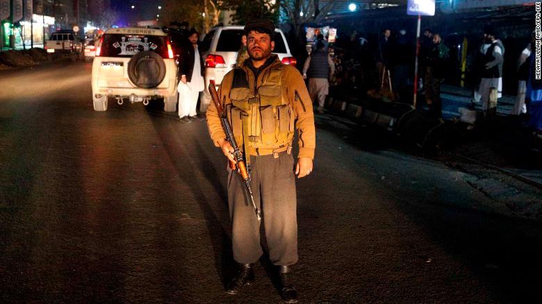 Un soldado afgano monta guardia en el exterior del hospital de emergencia después de un presunto ataque suicida dirigido a una reunión religiosa en un salón de bodas, en Kabul. (Crédito: EPA-EFE/HEDAYATULLAH AMID)