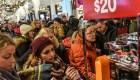 Compradores en Black Friday compiten para obtener los mejores precios
