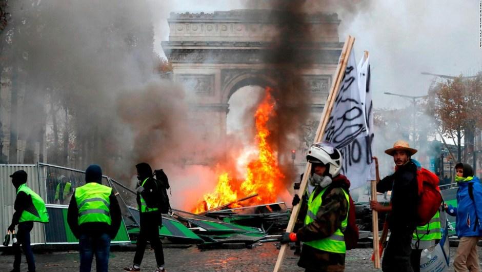 """Protestas del """"chaleco amarillo"""" en Francia se toman la calle más famosa de París"""