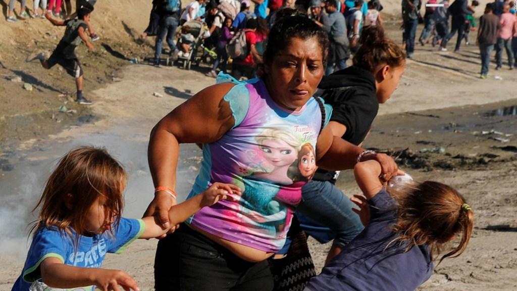 Madre que huye del gas lacrimógeno en la frontera: Sentí miedo, creí que moriríamos