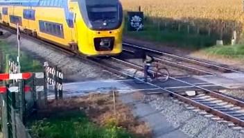 Ciclista esquiva un tren por centímetros