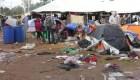 Migrantes bajo la lluvia en Tijuana se desplazan de albergue