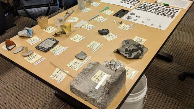 Algunos de los artículos recolectados después de la erupción de Ear Spring incluyen latas, un bloque de cemento y una pajila de plástico.