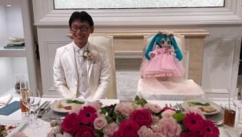 Este hombre se casó con un holograma