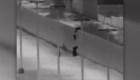 Presunto contrabandista de gente lanza niños al otro lado del muro fronterizo