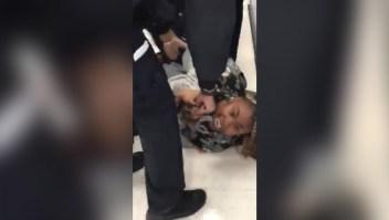 Video muestra a policías forcejeando con una madre con un bebé de un año