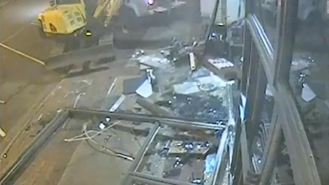 Roban cajero automático usando una retroexcavadora