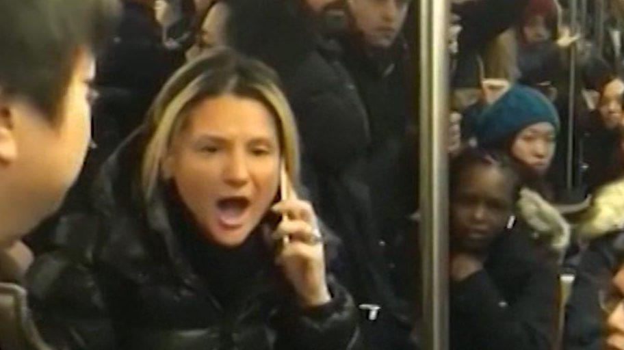 Mujer grita insultos racistas contra pasajera de origen asiático