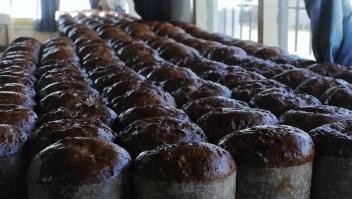 Vecino solidario regala panes dulces a los más humildes