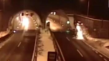 Un auto voló por los aires en un espectacular accidente