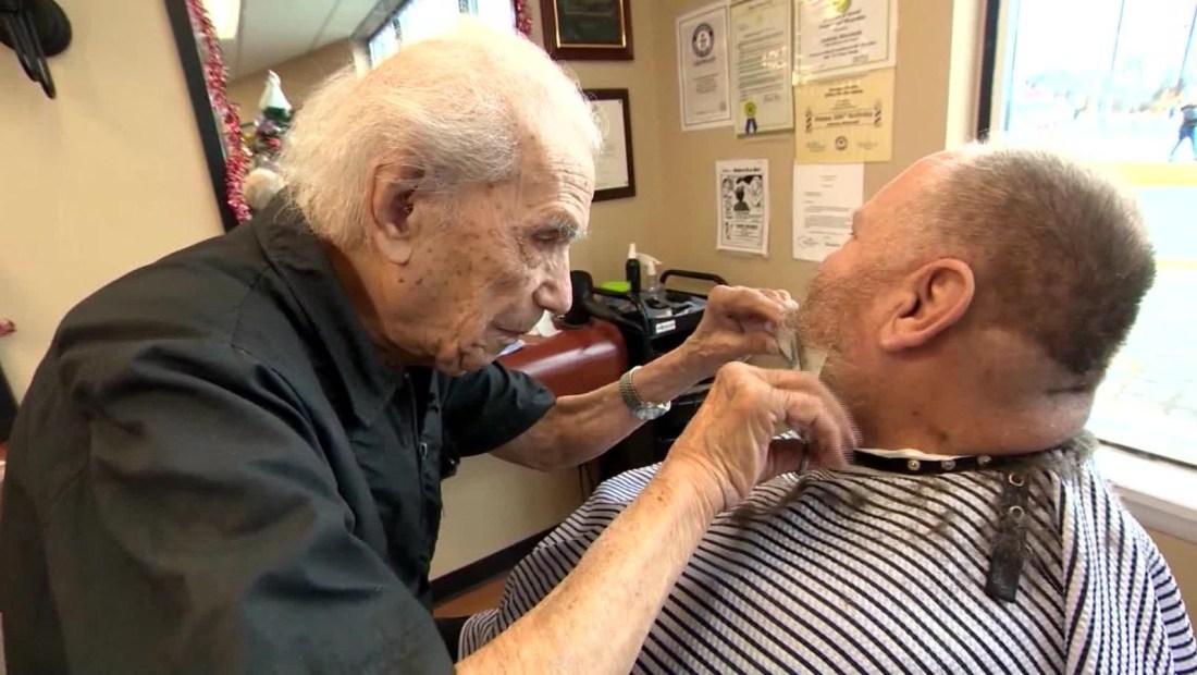 El barbero más longevo del mundo entra a los Guinness World Records