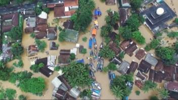 Lluvias complican evacuación tras tsunami en Indonesia