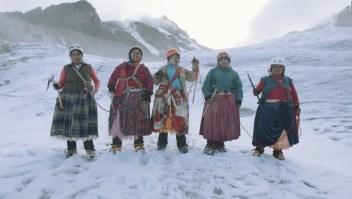 """""""Las cholitas escaladoras"""" quieren subir al Everest"""