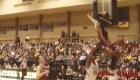 Jugador se estrella aparatosamente contra tablero de baloncesto