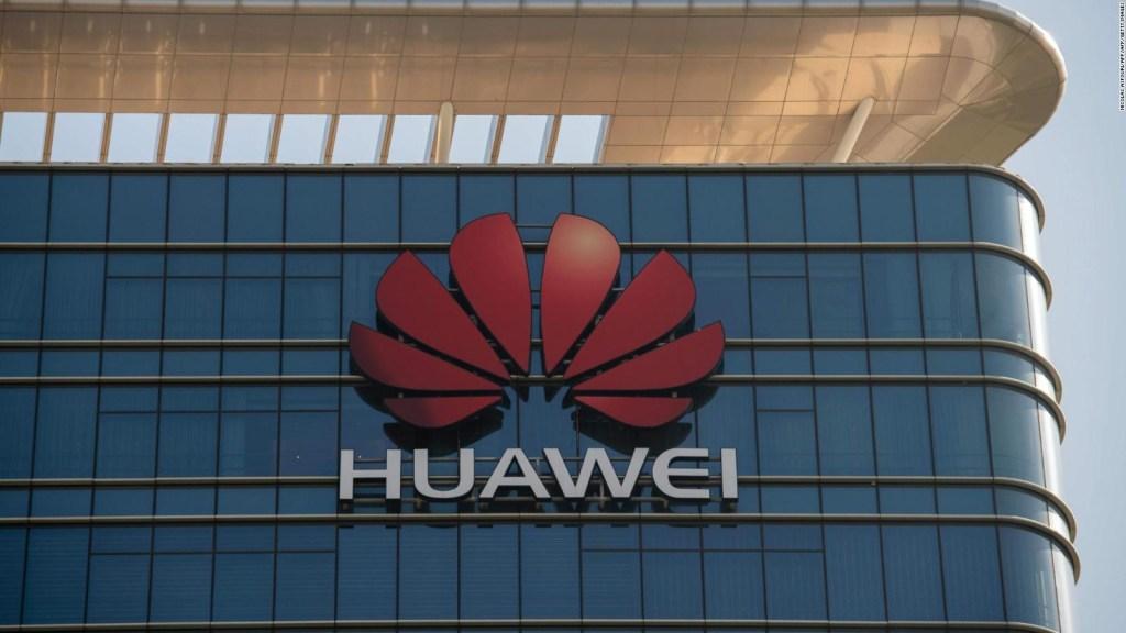 Huawei castiga a dos de sus empleados por usar iPhones