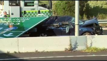 Mujer sobrevive después de que un letrero gigante cayera sobre su auto