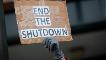 Empleados federales en Los Ángeles comienzan a desesperarse por no recibir sueldo