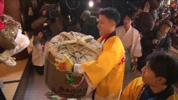 """Japón: 5 mil hombres compiten para ser """"el más afortunado de año nuevo"""""""