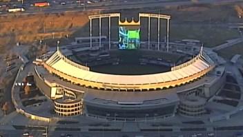 Jugando Mario Kart en la pantalla de un estadio