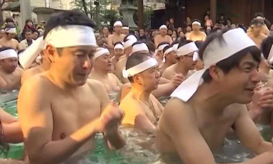 """Japoneses buscan tener salud con un """"baño helado"""""""