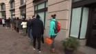 Empleados federales hacen cola para recibir comida gratis