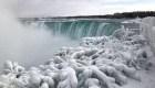 Las cataratas del Niágara majestuosas y congeladas