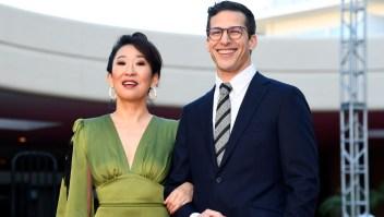 Sandra Oh y Andy Samberg, anfitriones de la 76 edición de los Globo de Oro, posan en la alfombra roja durante una sesión previa en The Beverly Hilton Hotel el 3 de enero de 2019 en Beverly Hills, California. (Crédito Kevork Djansezian / Getty Images)