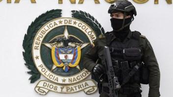 Las fuerzas de seguridad montan guardia frente a la escuela de entrenamiento de cadetes de la policía en Bogotá, donde un aparente ataque con coche bomba dejó varios muertos y heridos el 17 de enero de 2019. Crédito: JUAN BARRETO / AFP / Getty Images