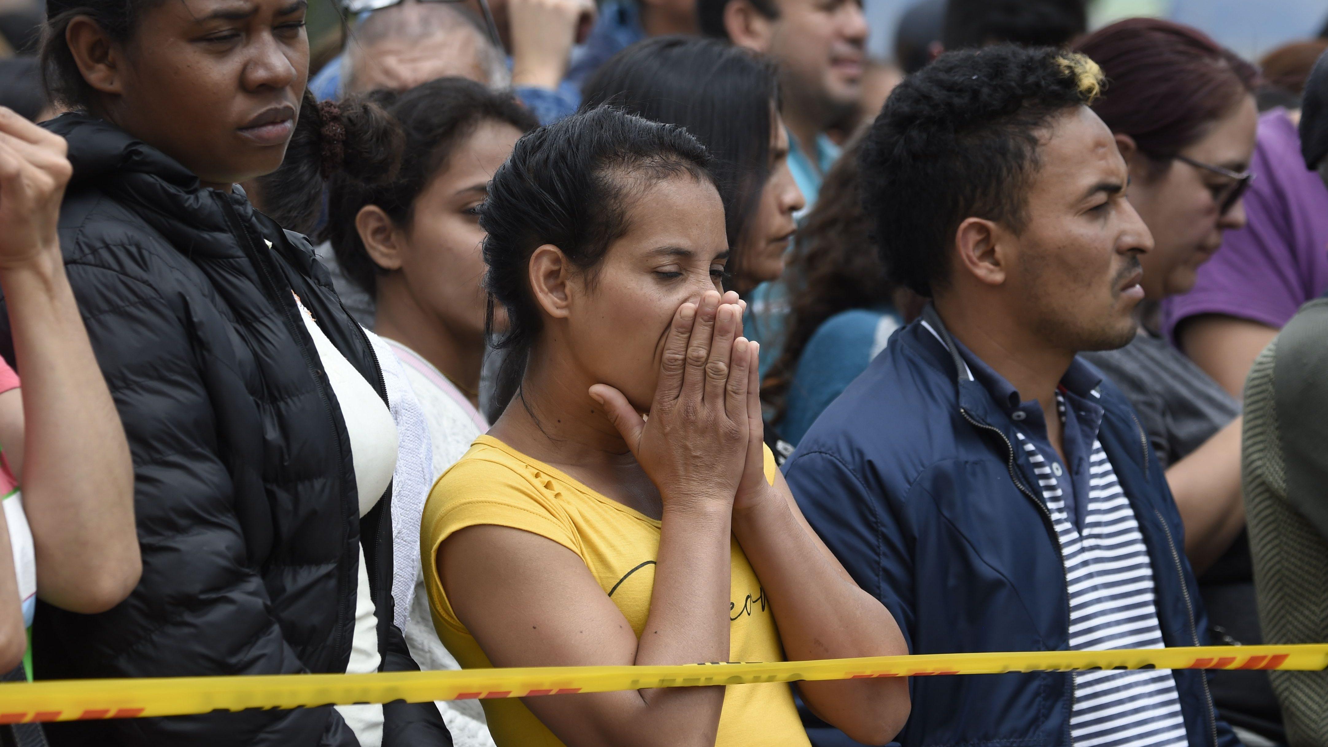 La gente espera noticias cerca del lugar de la explosión en una escuela de entrenamiento de cadetes de la policía en Bogotá el 17 de enero de 2019. Crédito: JUAN BARRETO / AFP / Getty Images