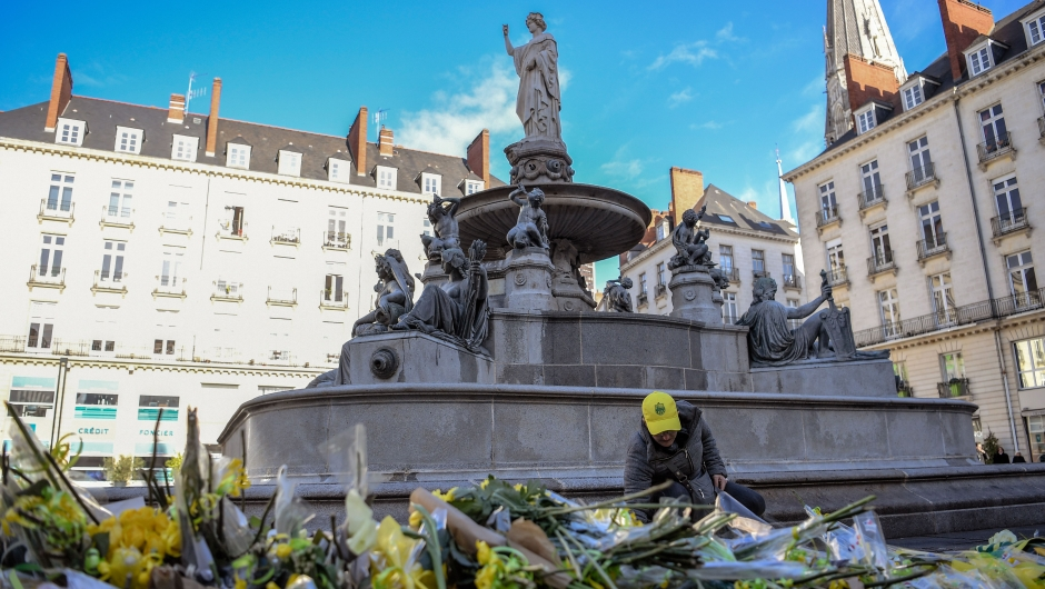 A FC Nantes football club supporter places flowers in the main square of the city of Nantes, western France, two days after it was announced that the plane carrying Argentinian forward Emiliano Sala vanished during a flight from Nantes to Cardiff in Wales, on January 23, 2019. - The 28-year-old Argentine striker is one of two people still missing after contact was lost with the light aircraft he was travelling on, on January 21, 2019 night. Sala was on his way to the Welsh capital to train with his new teammates for the first time after completing a £15 million pounds sterling ($19 million US dollars) move to Cardiff City from French side Nantes on January 19. (Photo by LOIC VENANCE / AFP) (Photo credit should read LOIC VENANCE/AFP/Getty Images)